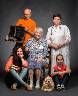 Felice famiglia multi-generazione in posa