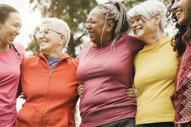 Donne multi generazionali felici divertendosi insieme dopo l'allenamento sportivo all'aperto