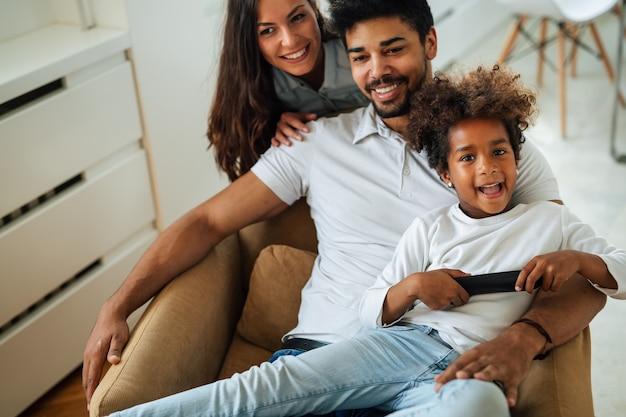 Felice famiglia multietnica che trascorre del tempo insieme a casa. la gente si diverte con il concetto di felicità