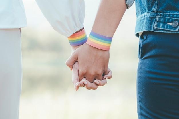 Felici amiche multirazziali innamorate che si abbracciano e si coccolano - coppia lesbica, donne millennial, ragazze a londra che vivono uno stile di vita felice - concetto lgbtq con bella coppia di razza mista