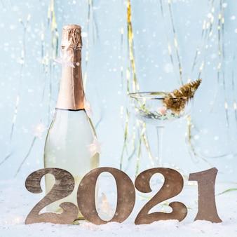 Felice anno nuovo 2021 sfondo con numeri e bottiglia di champagne