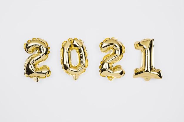 Felice anno nuovo 2021 celebrazione. palloncini numero d'oro su bianco