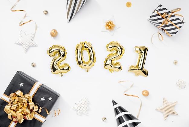 Felice anno nuovo 2021 celebrazione. palloncini numero d'oro con doni