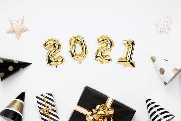 Felice anno nuovo 2021 laici piatta. 2021 palloncini in lamina d'oro su bianco
