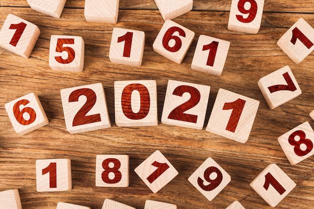 Felice anno nuovo 2021 con blocchi giocattolo in legno