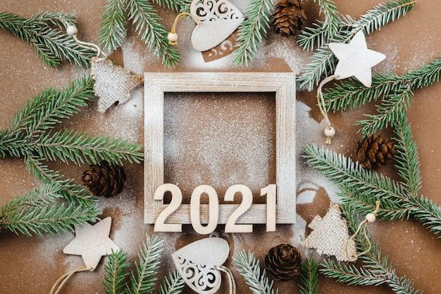 Felice anno nuovo 2021 su uno sfondo di legno