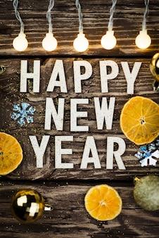 Felice anno nuovo 2021 su fondo in legno