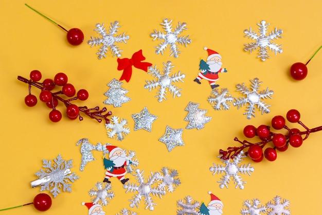 Fondo del buon anno, concetto di buon natale, decorazione della pallina su fondo pastello beige