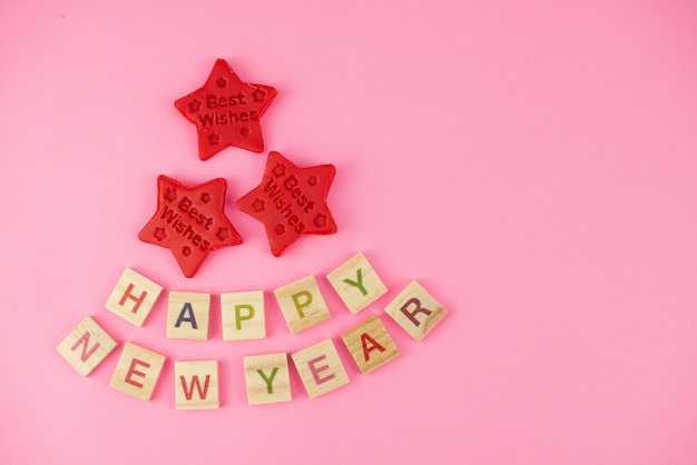 Cartolina d'auguri di felice anno nuovo. lettere scrabble, plastilina e plastilina.