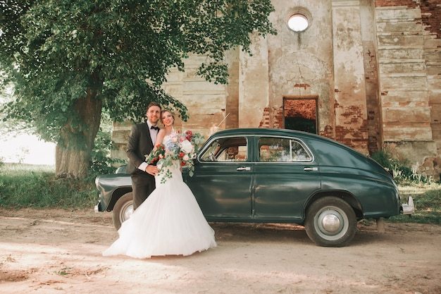 Sposi felici in una passeggiata vicino al vecchio castello. feste ed eventi.