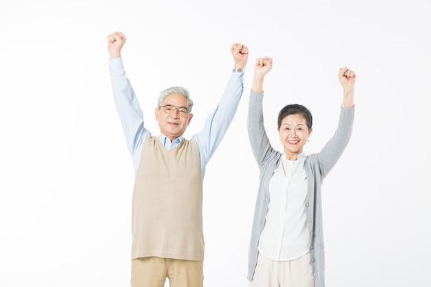 Felice vecchia coppia mani in alto