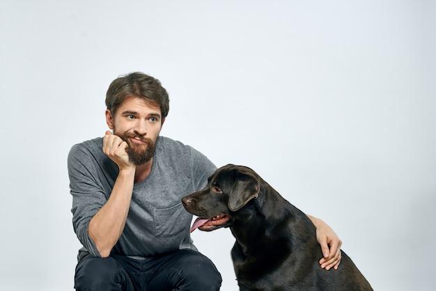 Felice proprietario con emozioni del modello di addestramento del cane nero da compagnia