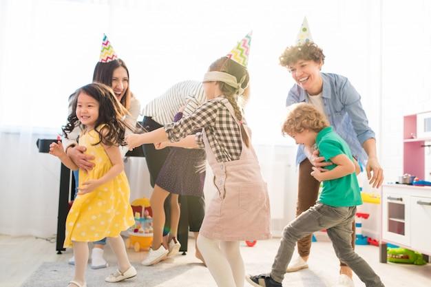 I genitori felici che giocano in cieco equipaggiano il buff con i loro figli