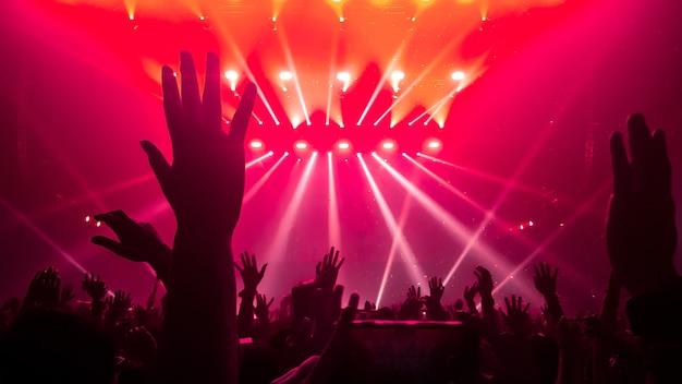 La gente felice balla nel concerto del partito del locale notturno