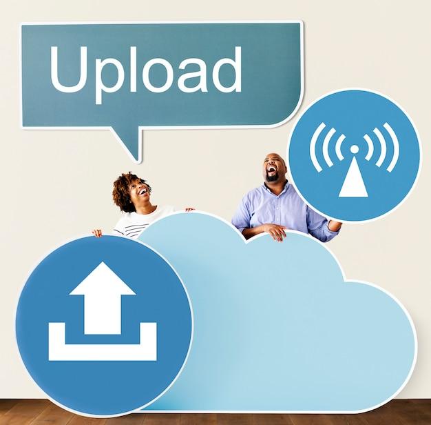 Persone felici con icone cloud e tecnologia