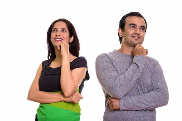 Coppia persiana felice sorridendo e pensando insieme