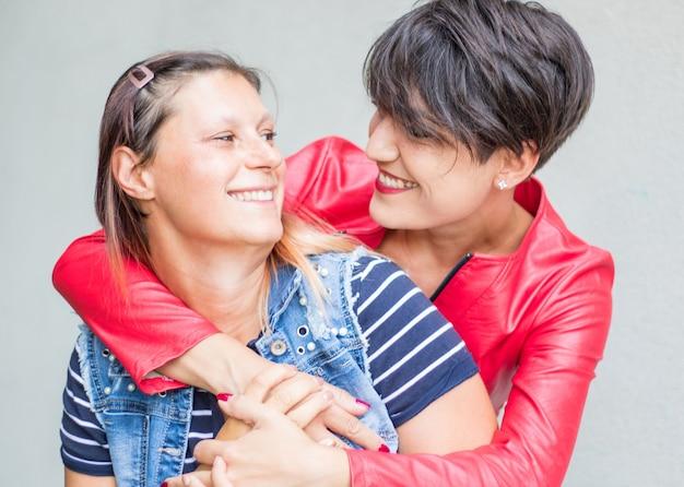 Amiche giocose felici innamorate che condividono il tempo insieme