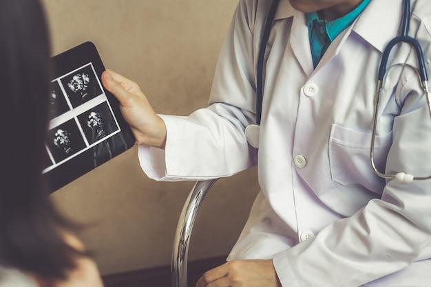 Felice donna incinta visita ginecologo medico in ospedale o in clinica per consulente di gravidanza.