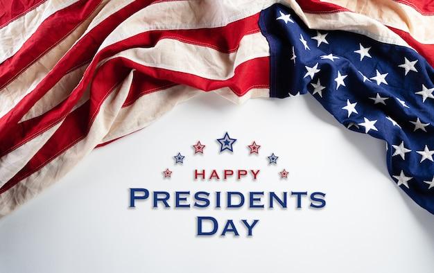Felice giorno dei presidenti concetto con la bandiera degli stati uniti su sfondo bianco