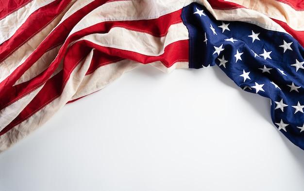 Felice giorno dei presidenti concetto con la bandiera degli stati uniti su sfondo bianco.