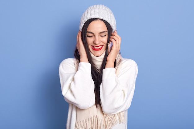 Felice bella ragazza bruna parlando al telefono e ridendo