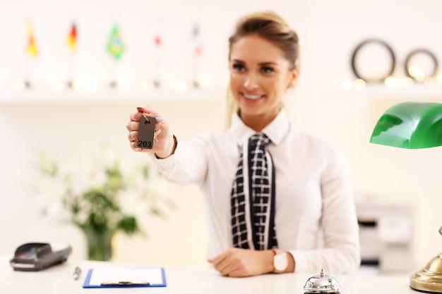 Felice receptionist che lavora in hotel