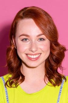 Ritratto di donna dai capelli rossi felice