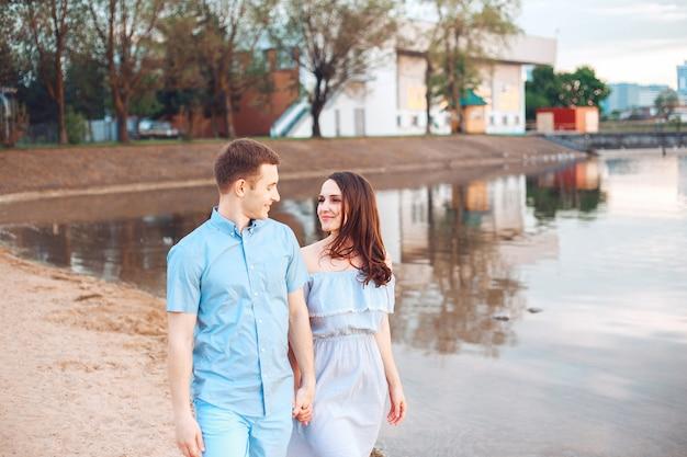 Felice coppia romantica innamorata e divertirsi al lago