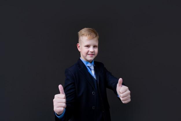 Uno scolaro felice mostra una classe