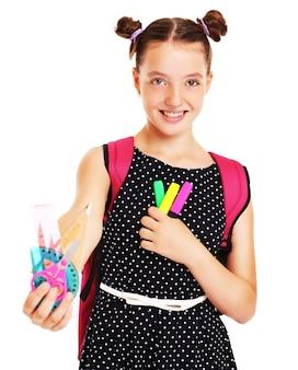 Una studentessa felice con un set di cancelleria scolastica