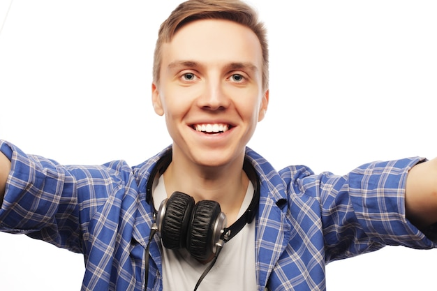 Felice selfie. giovane uomo isolato su bianco.