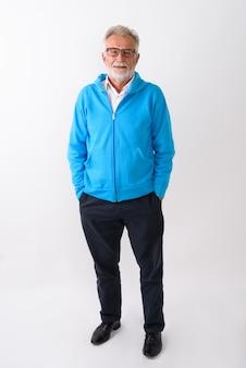 Felice senior barbuto uomo sorridente e in piedi pronto per la palestra su bianco