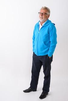 Felice senior barbuto uomo sorridente in piedi e pensando pronto per la palestra su bianco