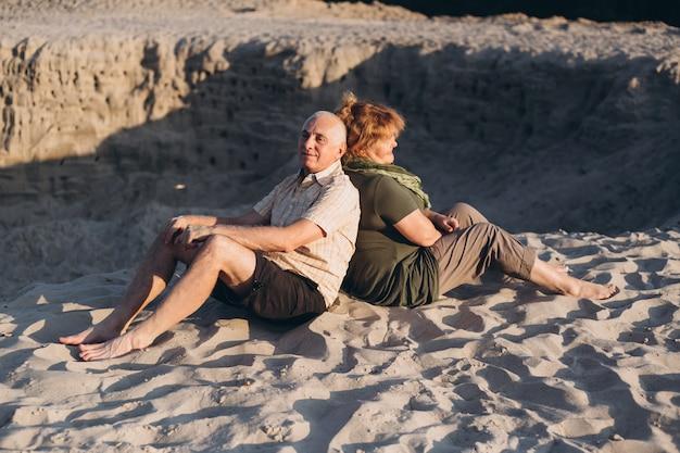 Coppie senior felici nell'amore sulla spiaggia, all'aperto