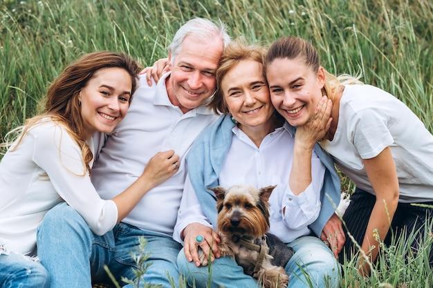 Felice coppia senior con le loro figlie in natura