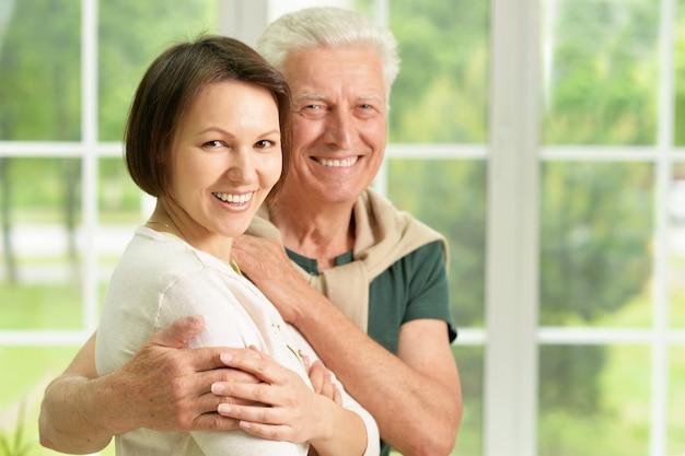 Felice padre anziano con figlia a casa