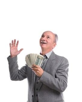 Uomo maggiore felice con soldi isolati