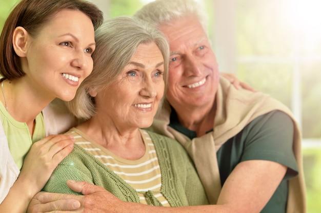 Genitori anziani felici con la figlia a casa