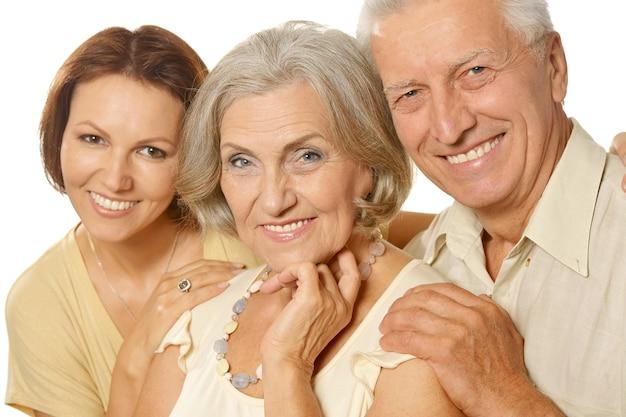 Genitori senior felici con la figlia su fondo bianco