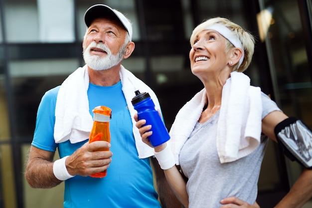 Anziani felici che corrono per rimanere in salute e perdere peso