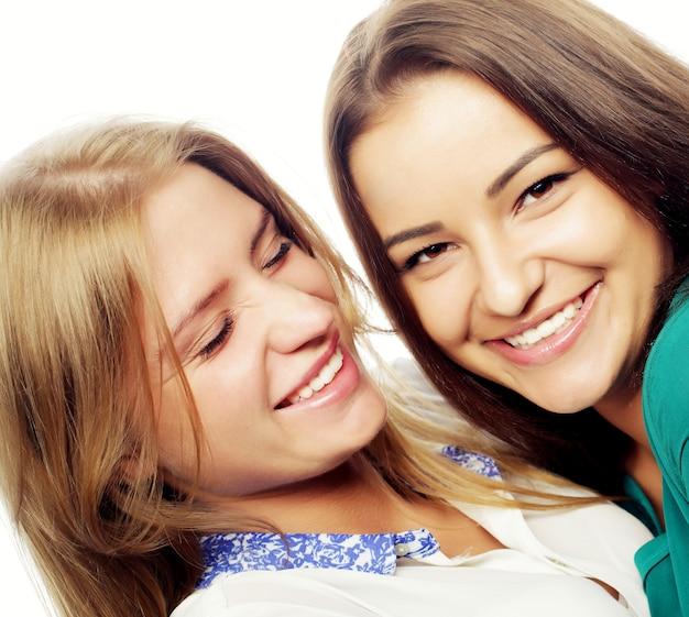Sorelle felici, ragazze adolescenti in abbigliamento casual