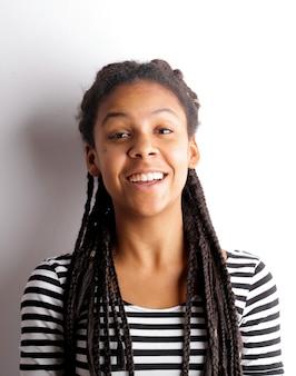 Donna afro sorridente felice
