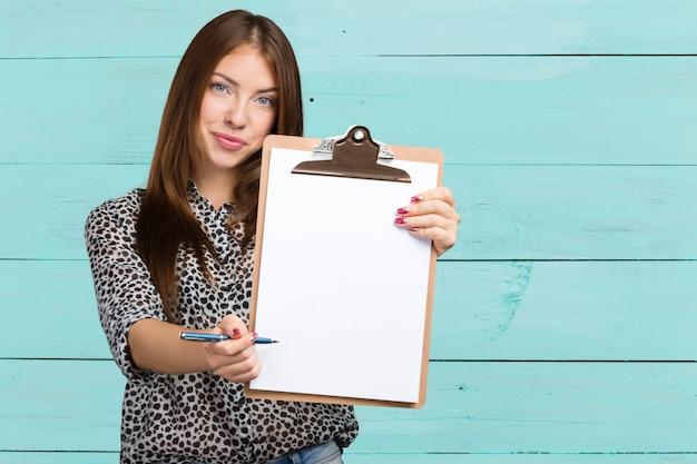 Felice sorridente bella giovane donna con appunti