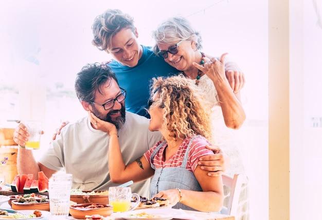 Famiglia multigenerazionale felice e sorridente bella coppia con figlio e nonna adolescenti