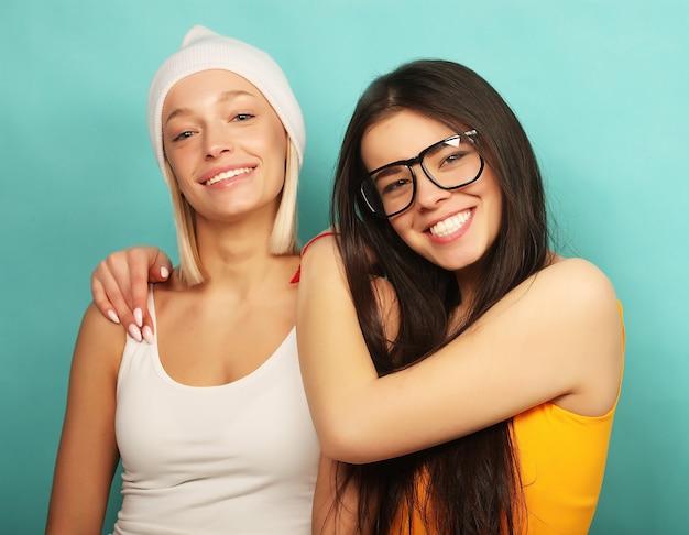 Amici graziosi sorridenti felici che abbracciano