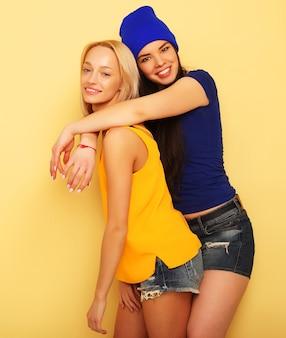 Ragazze adolescenti o amici graziosi sorridenti felici che abbracciano