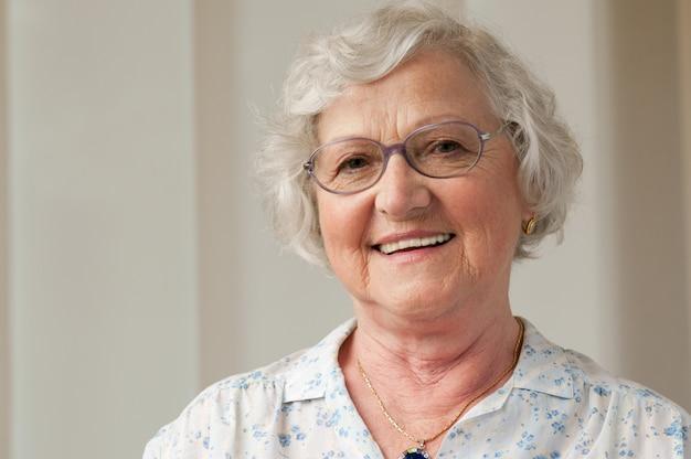 Donna senior sorridente felice a casa
