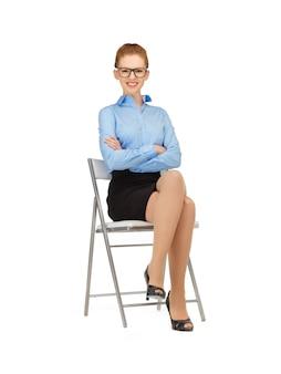 Donna felice e sorridente su una sedia in specifiche