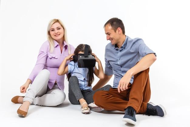 Felice giovane e bella ragazza sorridente che fa esperienza con gli occhiali vr-auricolare della realtà virtuale. la famiglia sta facendo attività insieme, i bambini usano la realtà virtuale, il concetto di famiglia.