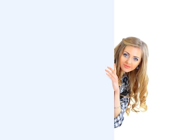 Felice giovane donna d'affari sorridente che mostra cartello bianco blank